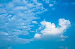 与灰色和白色云彩的蓝天 免版税图库摄影