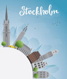 与灰色大厦和蓝天的斯德哥尔摩地平线与拷贝温泉 皇族释放例证