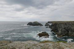 与灰色大西洋多云天空和无限的典型的布里坦尼海岸线  免版税库存图片