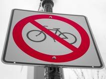 与灰色天空的没有自行车标志在背景 库存照片