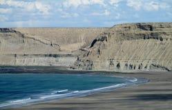与灰色峭壁的海角在海洋 库存图片