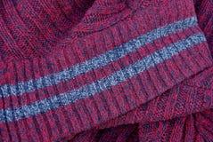 与灰色条纹的红色织品纹理在衣领 库存图片