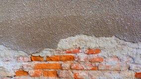 与灰色灰泥的老砖 库存图片