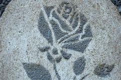 与灰色玫瑰的图象的装饰膏药在房子墙壁上的  背景或纹理 特写镜头,软的焦点 库存图片