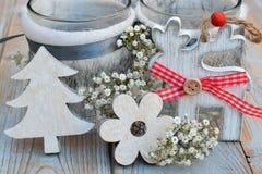 与灰色白色圣诞节木装饰的老木灰色架子 免版税图库摄影