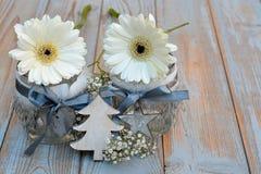 与灰色白色圣诞节木装饰的老木灰色架子 图库摄影