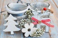 与灰色白色圣诞节木驯鹿装饰的老木灰色架子 库存图片