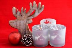 与灰色的红色静物画背景,白色木驯鹿圣诞节装饰 库存图片