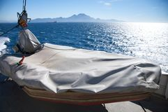 与灰色盖子的救生艇 免版税库存图片