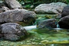与灰色石头的小河 库存照片