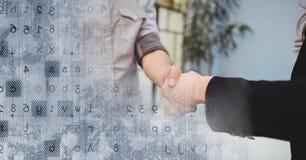 与灰色聪明的技术转折的企业握手 库存照片