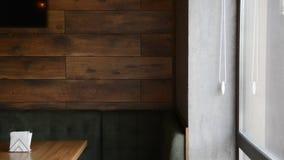 与灰色膏药的现代比萨店内部在墙壁上 影视素材