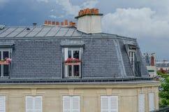 与灰色铺磁砖的门面的巴黎人屋顶公寓 免版税图库摄影