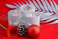 与灰色,白色圣诞节装饰的红色静物画背景 免版税库存照片