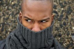 与灰色围巾覆盖物面孔的黑男性时装模特儿 免版税库存图片