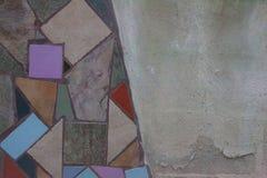 与灰色水泥地区的明亮的瓦片马赛克 库存照片
