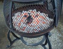 与灼烧的冰砖的火坑 免版税库存照片