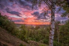 与灼烧的天空的早晨风景 免版税库存图片