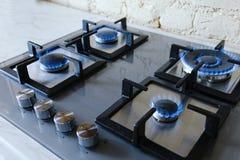 与灼烧的小煤气炉的Cooktop 有蓝焰的煤气灶 库存照片