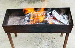 与灼烧的木头的室外火盆 免版税图库摄影