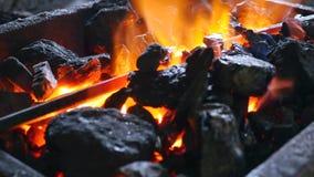 与灼烧的火和铁的煤炭 免版税库存图片
