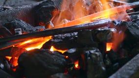 与灼烧的火和铁的煤炭 库存图片