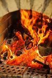 与灼烧的火,从森林的红色火焰的砖壁炉 免版税图库摄影
