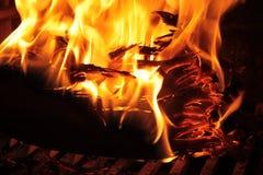 与灼烧的炭渣的火焰 免版税库存照片