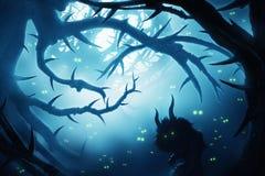 与灼烧的眼睛的动物在黑暗的神秘的森林里 库存图片