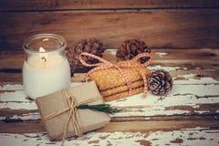 与灼烧的蜡烛、giftbox和杉木锥体的圣诞节曲奇饼 免版税库存图片
