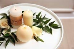 与灼烧的蜡烛和花的美好的构成 库存照片