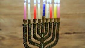 与灼烧的蜡烛的光明节menorah 减速火箭的老牌