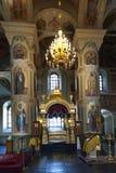 与灼烧的蜡烛的内部在俄国ortodox教会里 关闭 库存图片
