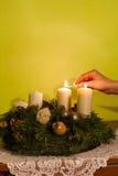 与灼烧的蜡烛的出现花圈 库存图片