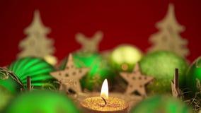 与灼烧的蜡烛的圣诞节花圈 股票视频