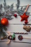 与灼烧的蜡烛的圣诞节装饰 免版税库存图片