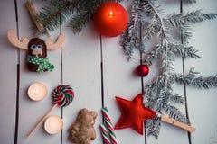与灼烧的蜡烛的圣诞节装饰 免版税图库摄影