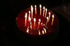 与灼烧的蜡烛的欢乐蛋糕 免版税库存照片