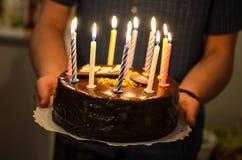 与灼烧的蜡烛的生日蛋糕对此 免版税库存照片