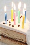与灼烧的蜡烛的生日蛋糕 免版税库存图片