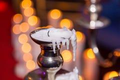 与灼烧的蜡烛的蜡烛台在背景 图库摄影