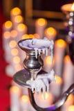 与灼烧的蜡烛的蜡烛台在背景 库存照片
