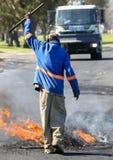 与灼烧的轮胎的抗议行动 免版税库存照片