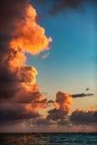 与灼烧的cloudscape的美好的日出在海 库存图片