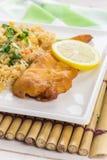 与炒米的油煎的鳕鱼在一竹placemat 免版税库存照片