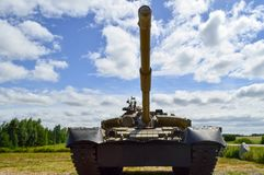 与炮塔和鹅的一辆大绿色军事金属装甲的致命的危险铁俄国叙利亚坦克 免版税库存图片