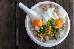 与炸猪排和熟蛋的米粥 图库摄影