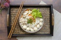 与炸猪排的汤面和在竹盘子和cho的猪肉球 免版税库存照片