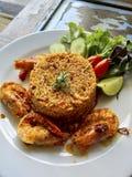 与炸虾的炒米 免版税库存图片