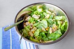 与炸鸡、甜玉米和面团的沙拉 免版税图库摄影
